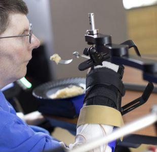 El caso del tetrapléjico que logró comer y beber moviendo el brazo y la mano con la mente