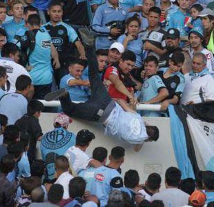 [VIDEOS] Violencia feroz en clásico argentino: tiran a hincha de la tribuna por ser infiltrado