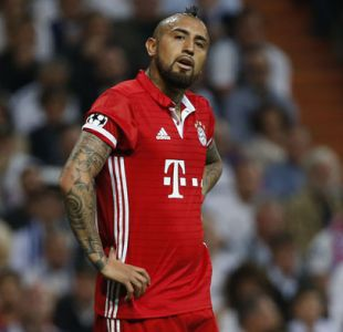 Prensa española asegura que Vidal y dos compañeros increparon a árbitro en el vestuario
