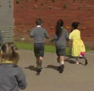 [VIDEO] El genial y tierno recibimiento a una niña que estrena pierna ortopédica en la escuela