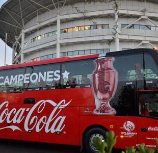 """""""La Roja: El orgullo de Chile"""": El lema del bus de la selección en Copa Confederaciones"""