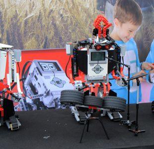 Un grupo de rock compuesto por robots encantan al público en festival en Lituania