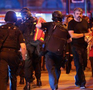 Policías evacuan a personas desde el área del Manchester Arena