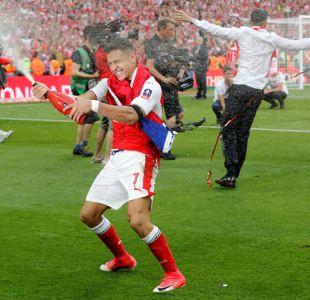 [FOTOS] Con champagne y la bandera chilena: el festejo de Alexis tras ganar Copa FA