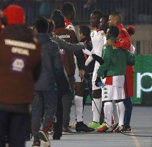 [FOTOS] Jugadores de Burkina Faso se fotografían con Arturo Vidal