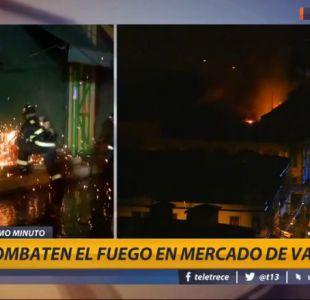 Bomberos combaten incendio en el mercado de Valparaíso