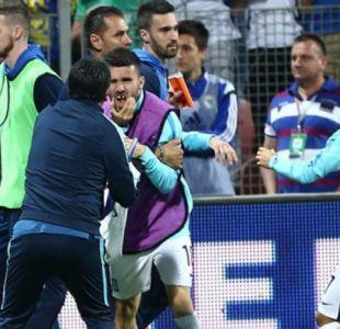 [VIDEO] Pelea entre compañeros de la Roma en duelo Bosnia-Grecia deja a jugador sin dientes