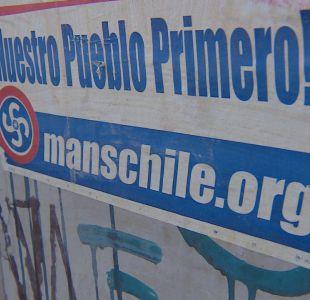 [VIDEO] Grupo nacional socialista pega carteles con mensajes anti-inmigración en Santiago