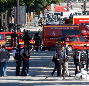 Vehículo embiste furgón policial en los Campos Elíseos de París en intento de atentado