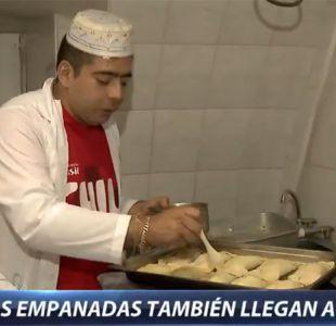 """[VIDEO] La """"Marea Roja"""" se toma Kazán preparando la tradicional empanada chilena"""