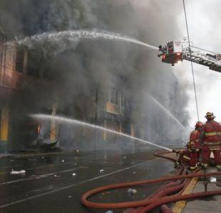 Rescatan los restos de jóvenes atrapados en contenedores de un centro comercial incendiado en Perú