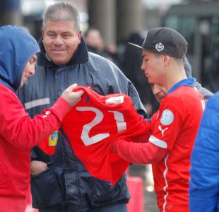 Marcelo Díaz regala su camiseta a hincha que lo esperó con un lienzo en el aeropuerto