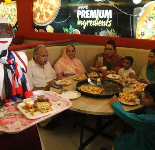 Camareras robot de una pizzería hacen furor en Pakistán