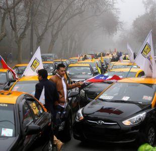 Protesta de taxistas bloquea la Alameda y genera incidentes con Carabineros