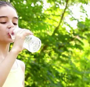 [VIDEO] ¿Es seguro reutilizar las botellas de agua de plástico?