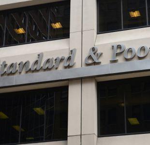 Agencia S&P baja la nota crediticia a Chile por primera vez en 25 años