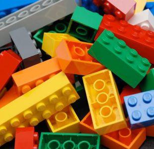 Niño creó una peculiar estatua de Lego y todos lo llaman genio
