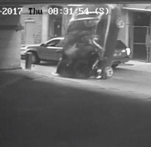 [VIDEO] Dos conductores sobreviven a espeluznante caída de automóvil desde un séptimo piso