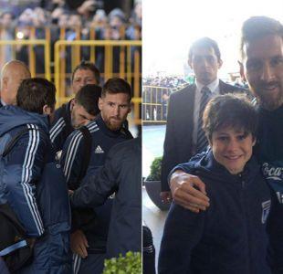 """[VIDEO] El sueño del """"pibe"""": Messi salva a niño de los guardias para tomarse una foto"""