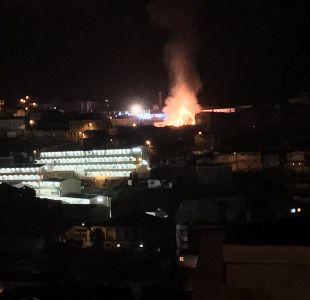 Incendio afecta a ocho viviendas en cerro de Valparaíso