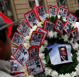 [FOTOS] Familiares de detenidos desaparecidos deja flores en La Moneda en memoria de las víctimas