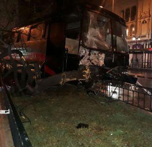 Bus arrasa con árboles y rejas en la Alameda