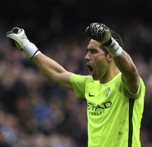 Claudio Bravo aporta gran atajada y celebra con el Manchester City en la Copa de la Liga