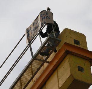 [FOTOS] Solo pido que me paguen mis licencias: la protesta de un trabajador arriba de una grúa