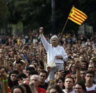 Miles de personas protestan contra la violencia en Cataluña