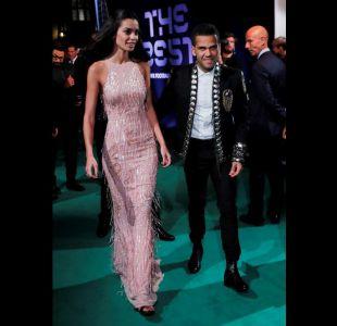 """[FOTOS] Dani Alves se roba la """"alfombra verde"""" de la FIFA con extravagante atuendo"""