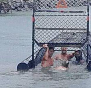 Consideran como los idiotas del siglo a sujetos que nadan en trampa para cocodrilos en Australia
