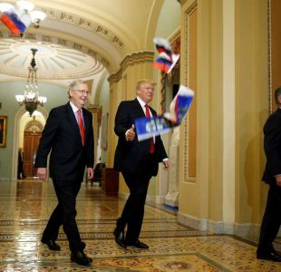 Manifestante arroja banderas rusas a Donald Trump