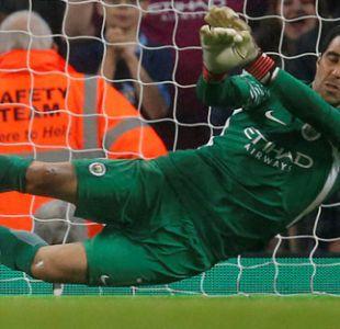 Claudio Bravo tapa dos penales y permite clasificación de Manchester City en Copa de la Liga