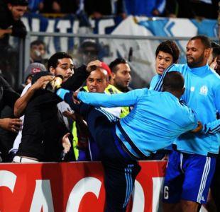 Olympique de Marsella suspende a Evra tras su patada a un hincha