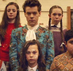 Guerra de pasteles, perritos, niños y trajes vintage en el nuevo video de Harry Styles