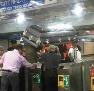 Familia transporta un ataúd en el Metro de México porque no había dinero para una carroza