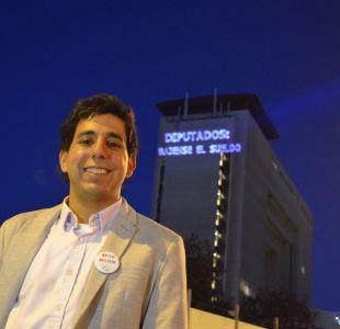 Candidato a diputado del Frente Amplio proyecta imágenes en fachada del Congreso