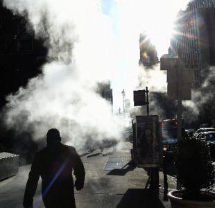El origen del misterioso vapor que sale del pavimento en las calles de Nueva York