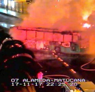 Bus del Transantiago y automóvil se incendiaron en plena Alameda