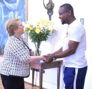 Bachelet se reúne con haitiano que salvó a mujer se quería suicidar