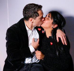 Karol Lucero besó a la intérprete de lenguaje de señas