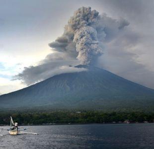 Reabren el aeropuerto de Bali a pesar del riesgo de erupción del volcán Agung