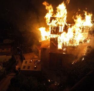 Incendio consume casona del Cerro Barón en Valparaíso