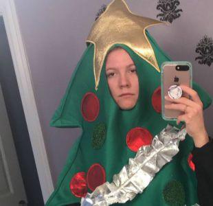 Hizo una apuesta y ahora tendrá que pasar un semestre disfrazada de árbol de Navidad