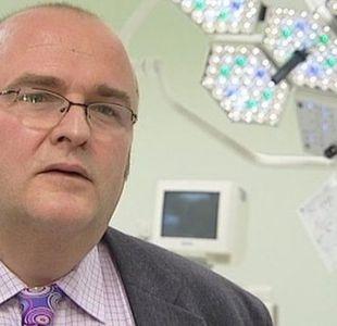 El cirujano que reconoció haber grabado sus iniciales en los hígados de dos de sus pacientes