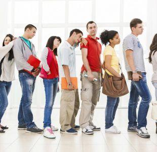 Por qué si eres el último de la fila no te conviene cambiarte a la de al lado