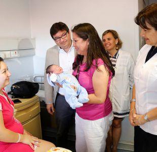 Ministros de Salud y de Desarrollo visitaron a la primera guagua nacida en 2018