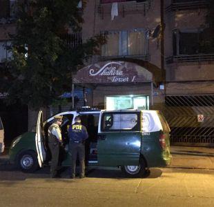 Mujer cae desde cuarto piso al intentar huir de su agresor en la comuna de Santiago