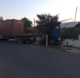 Camión queda incrustado en casa de La Cisterna