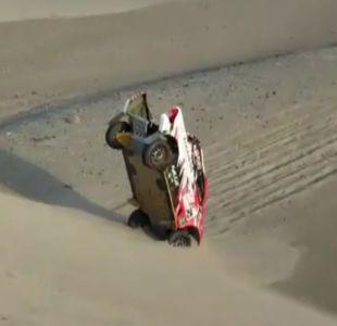 [VIDEO] Incrustados en la arena: El increíble accidente en la quinta etapa del Dakar